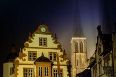 2020_12_18_Rhoihessedom_Rathaus_im_Nebel_A7301331.jpg